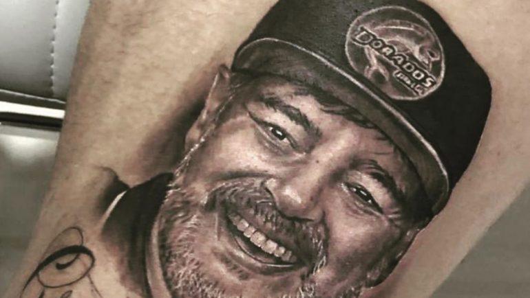 Jugador de Dorados se tatúa rostro de Maradona