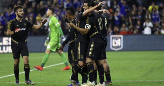 Vela hace doblete al equipo de Iniesta, Villa y Podolski