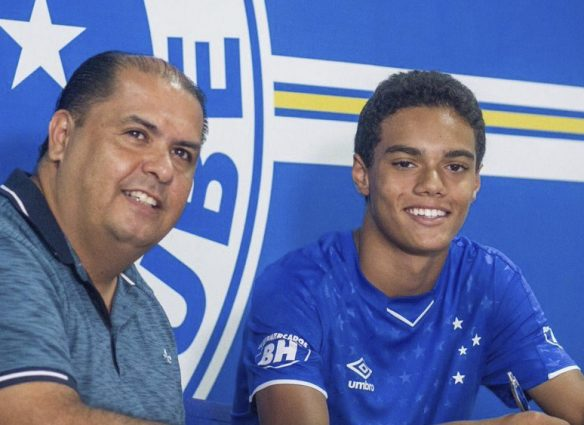A los14 años el hijo de Ronaldinho firmó su primer contrato como profesional